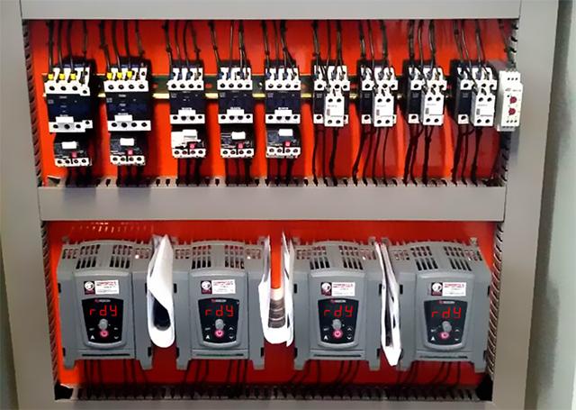 Painel elétrico com inversor de frequência